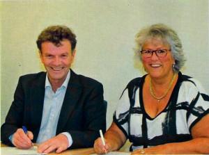 Ondertekening door Lia Lantink-Prins van Stichting NiKo en Fons Köster van Van Alckmaer voor Wonen